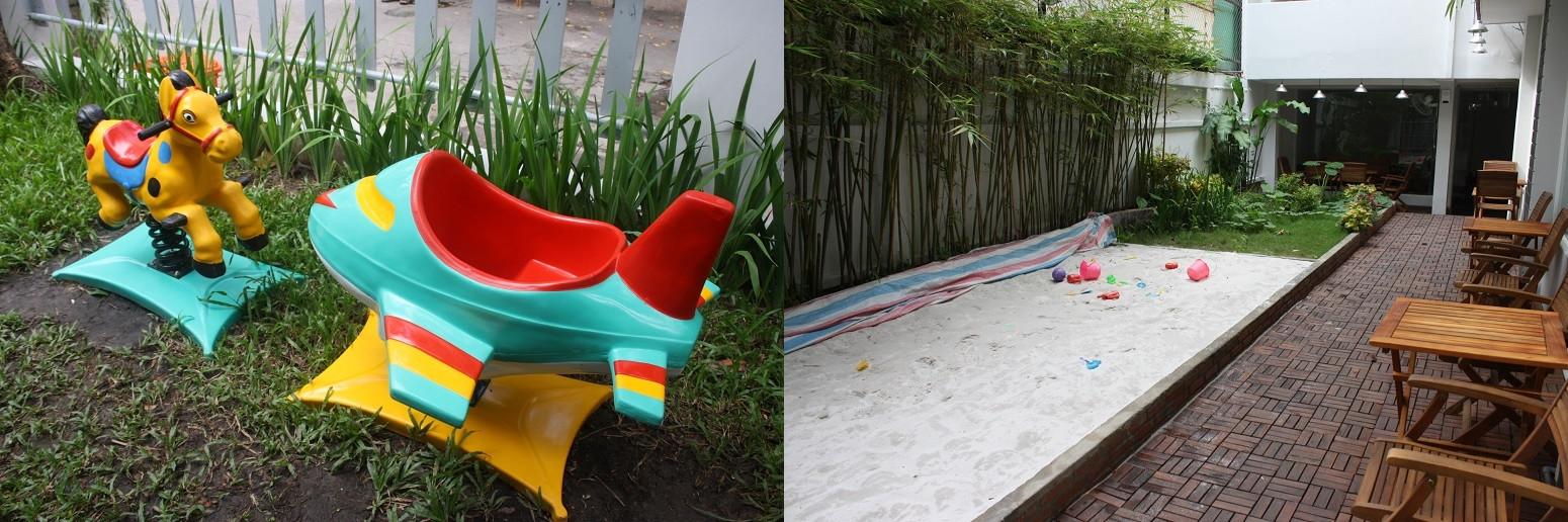 店外に設置された子供用遊具と砂場