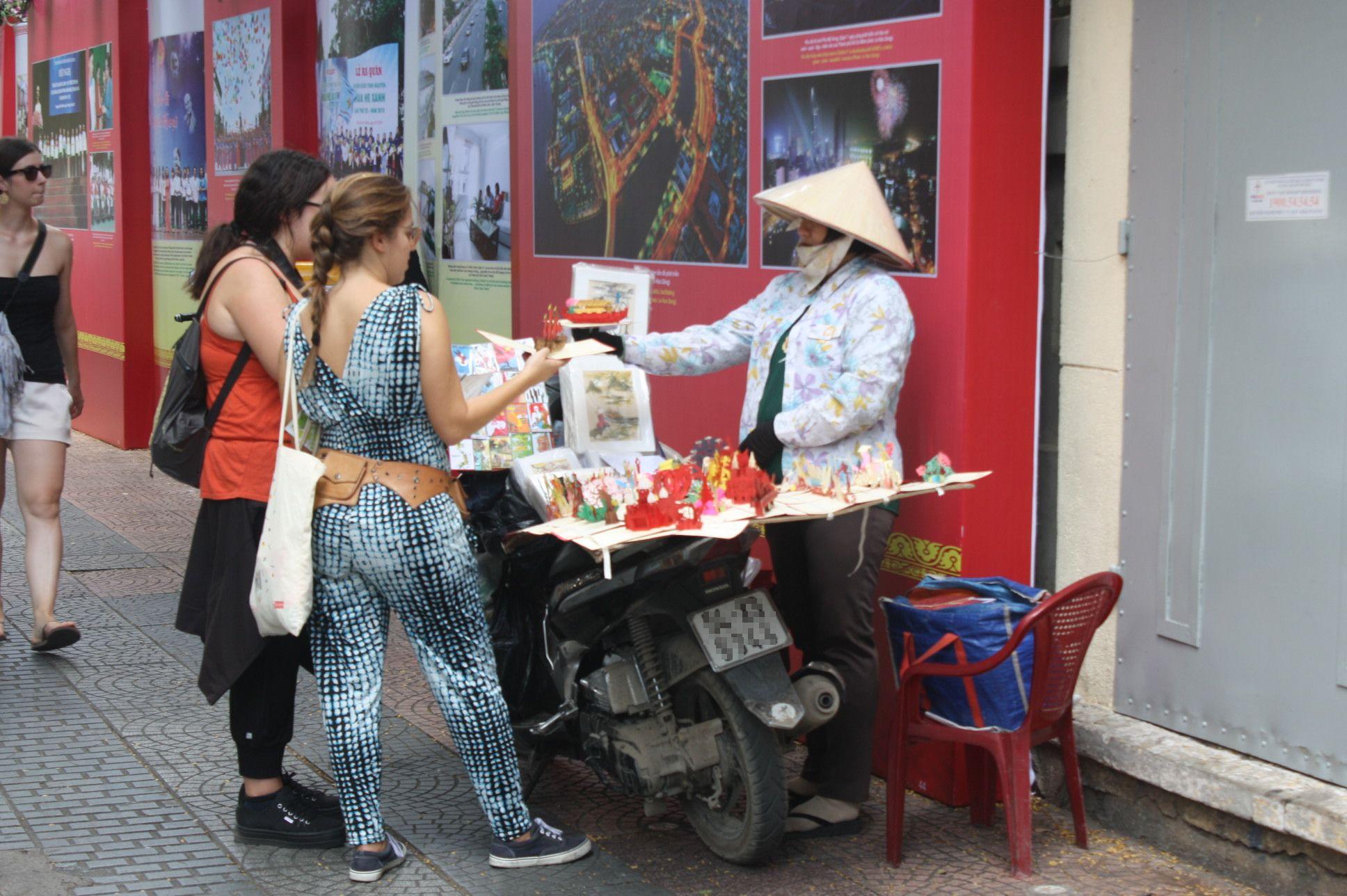 ドンコイ通りの切り絵のポストカード売り