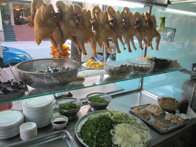 CAT TUONGの店先に吊るされた丸鶏