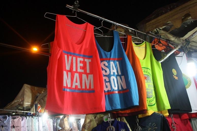 「VIETNAM」「SAIGON」の文字入りタンクトップ