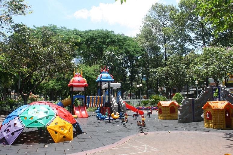 9月23日公園の子供の遊具