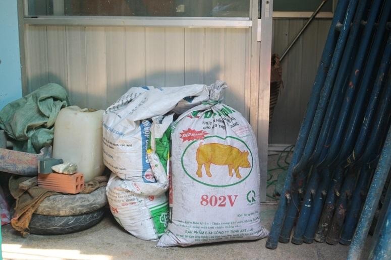 工事現場に置かれた飼料袋
