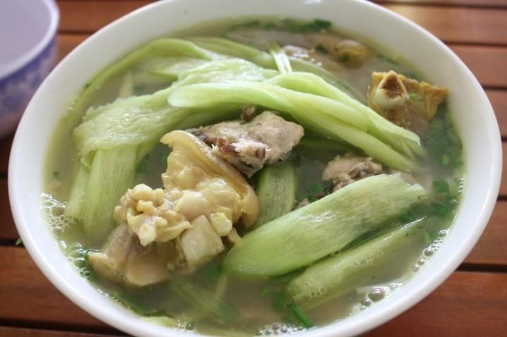 Bún dọc mùng(豚足とハスイモの茎の汁麺)