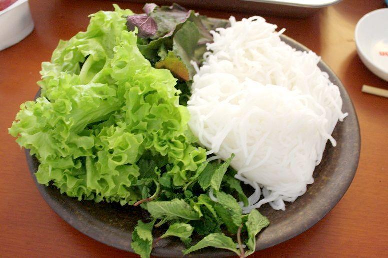 米麺ブンと付け合せの野菜