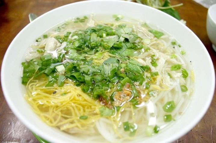 ハノイの名物麺、ブンタン(ゆで鶏と錦糸卵のせスープ麺)