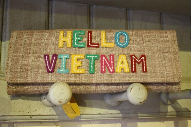 「HELLO VIETNAM」の刺繍入りウォレット