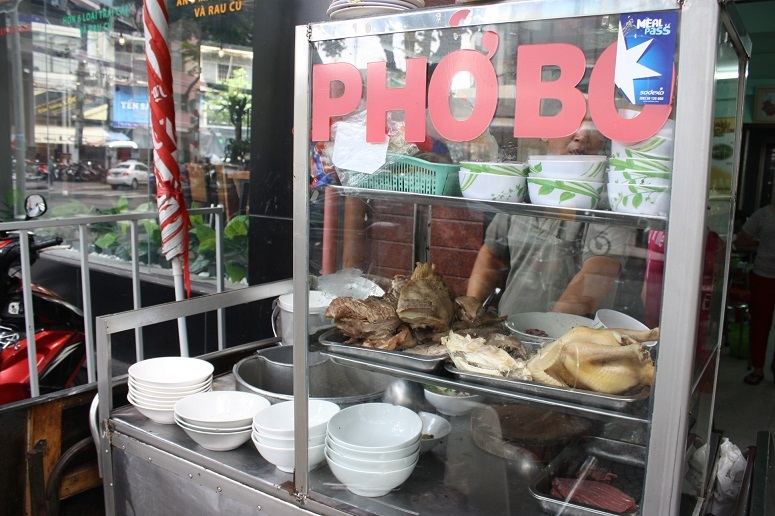 「PHO BO」と書かれた屋台風の厨房