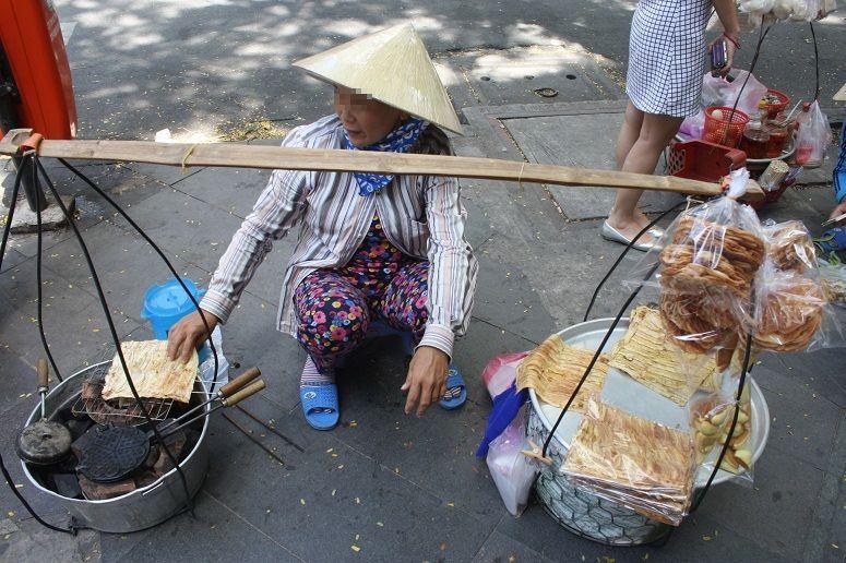 ドンコイ通りで見かけた行商の女性