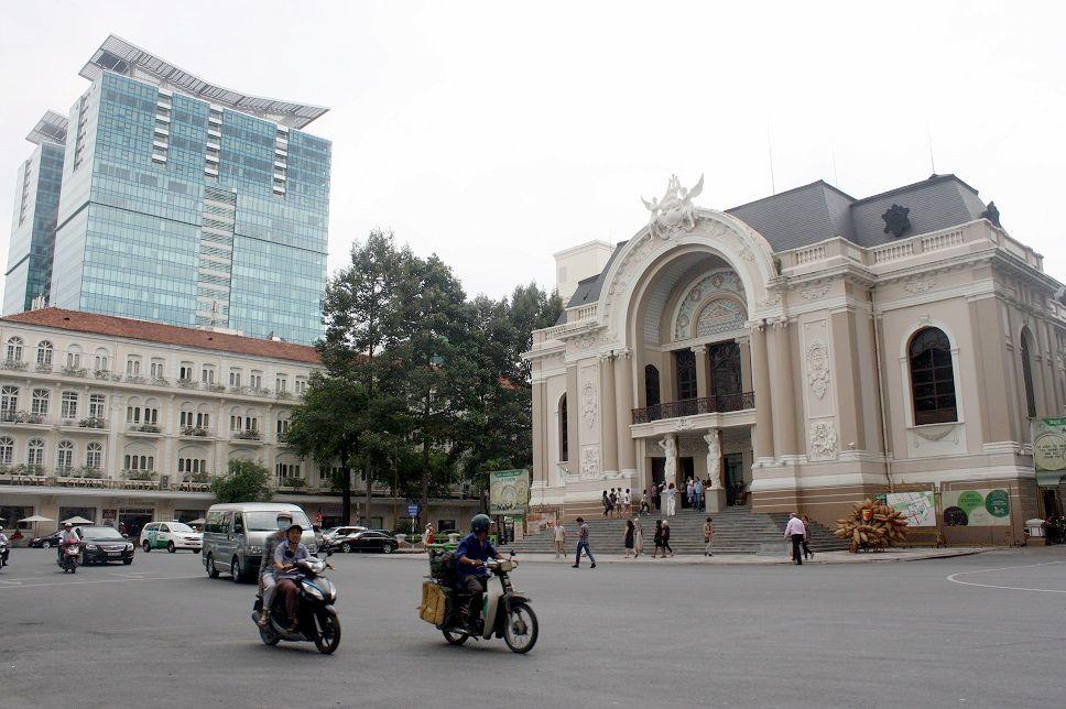 ドンコイ通りと市民劇場