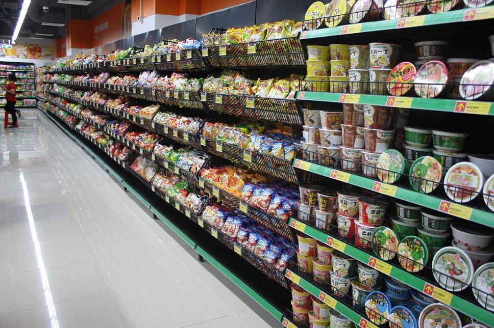 ホーチミン市内のスーパーのインスタント麺売場