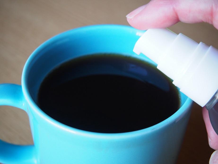 コーヒーにココナッツオイルを入れているところ