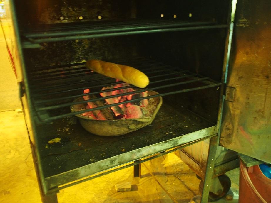 炭火で温めているBanh mi que