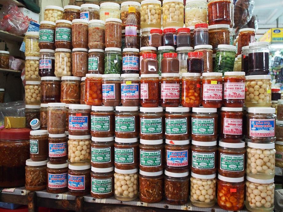 市場に並んだベトナムの発酵調味料
