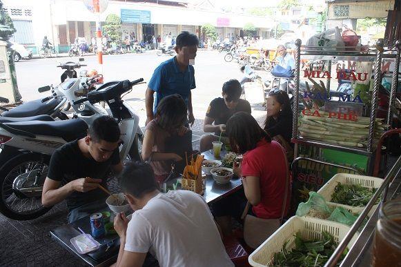 麵をすするベトナム人の若者たち