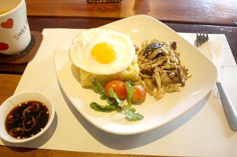 Com ca ri trung (目玉焼きのせカレーピラフ)