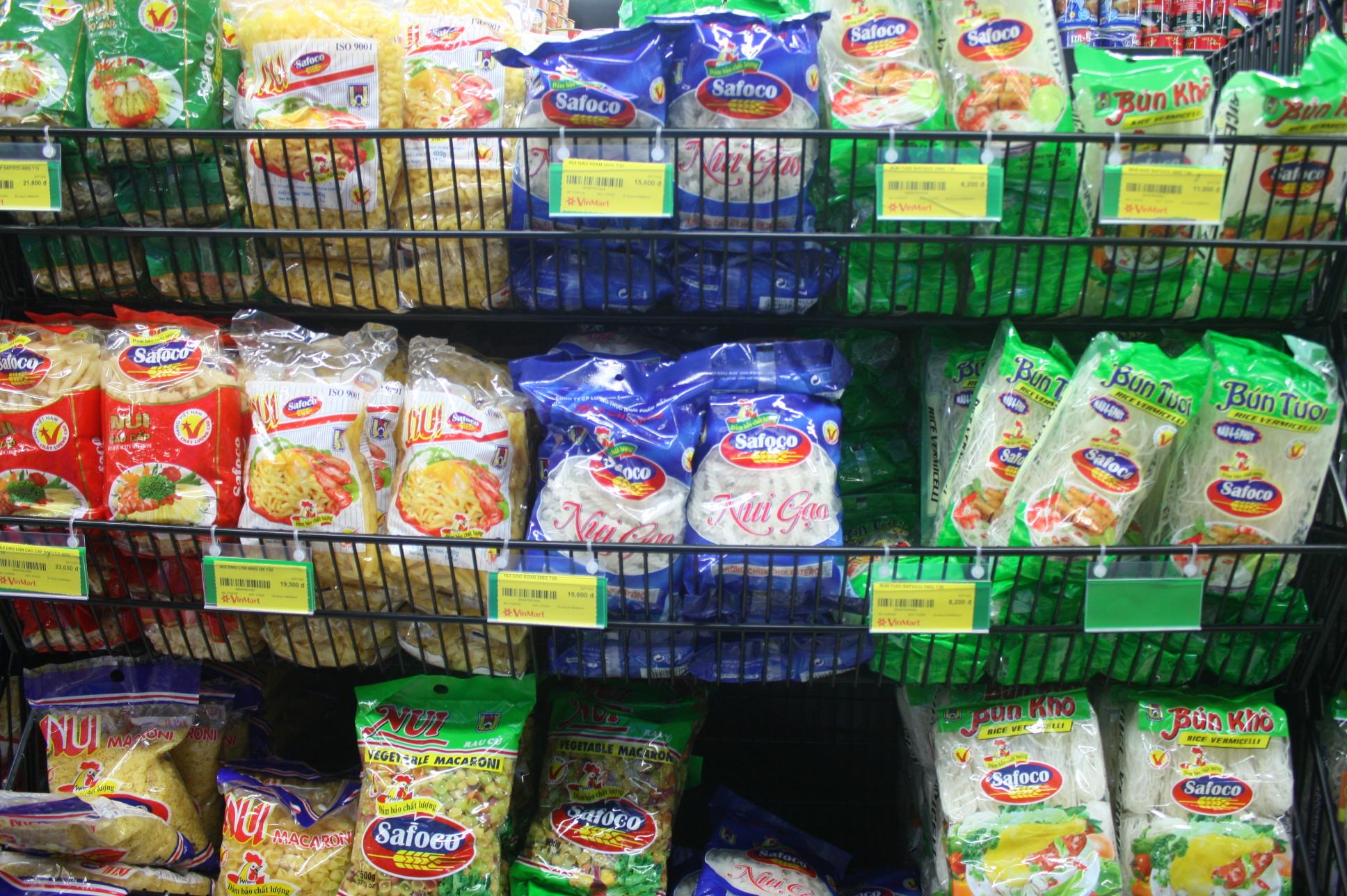 ベトナムのスーパーの乾麺売場
