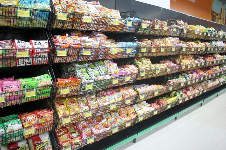 ベトナムのスーパーのインスタント麺売場