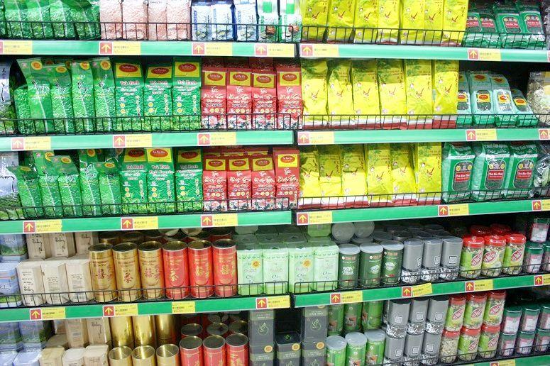 ベトナムのスーパーのお茶売場