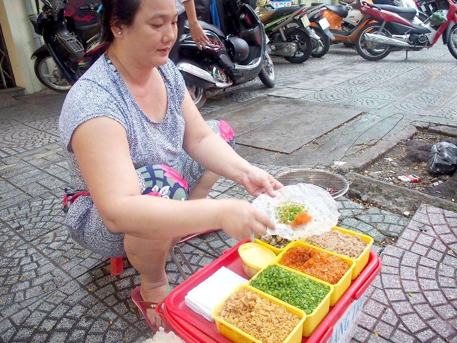 Banh Trang Nuongを焼く女性
