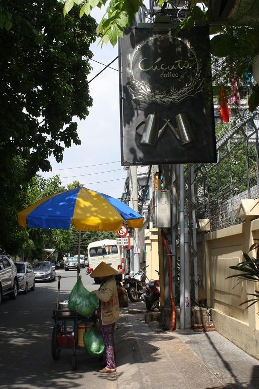 「Cucuta Coffee」の入口