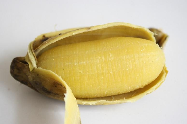 ゆでバナナをむいたところ