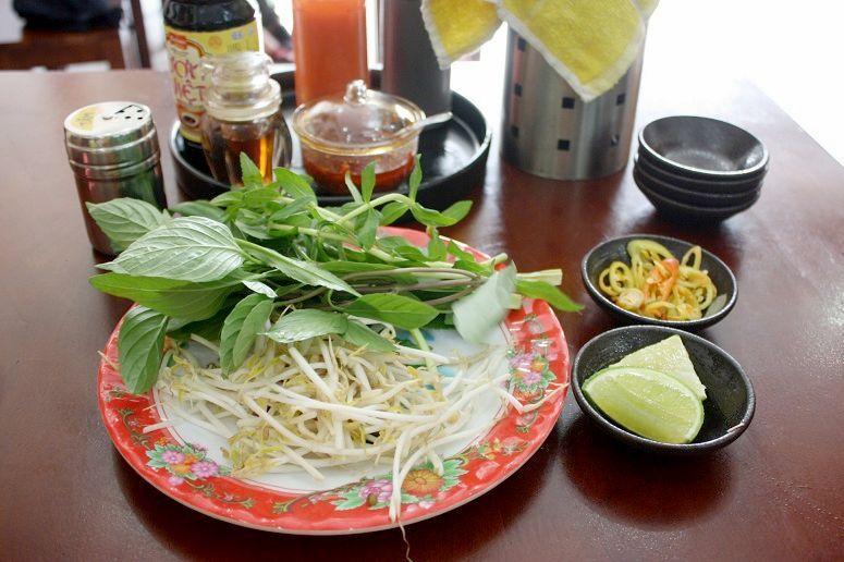 卓上の調味料と香草類