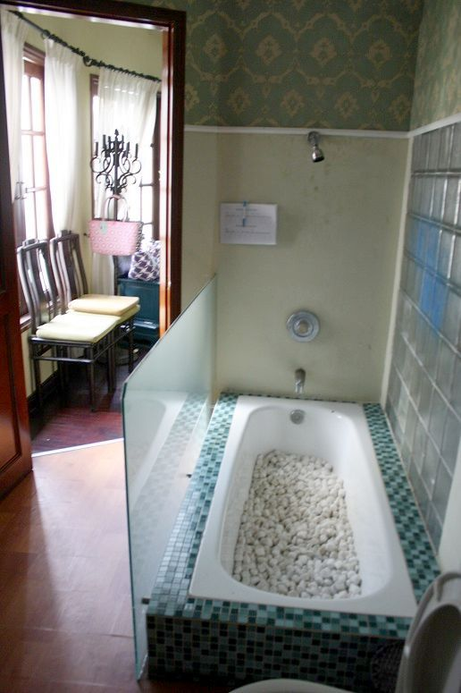 「BLOOM Saigon」のトイレにあるバスタブ
