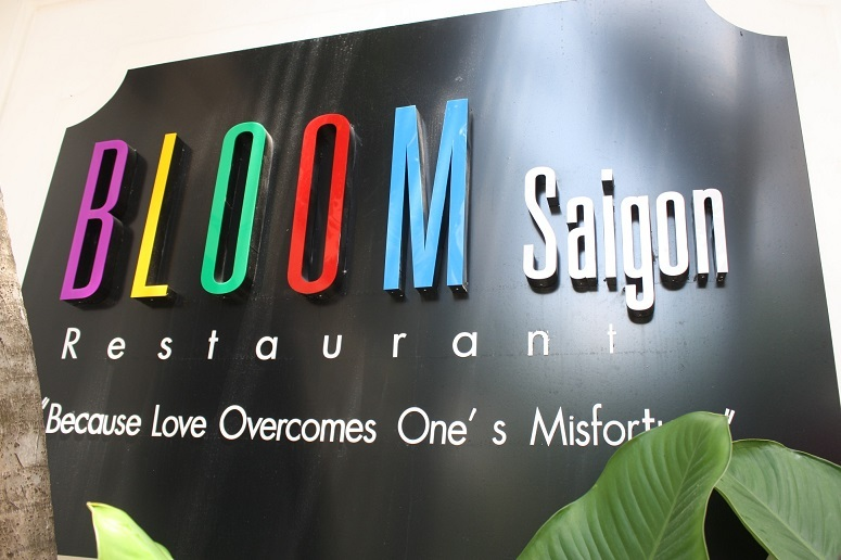「BLOOM Saigon」の看板