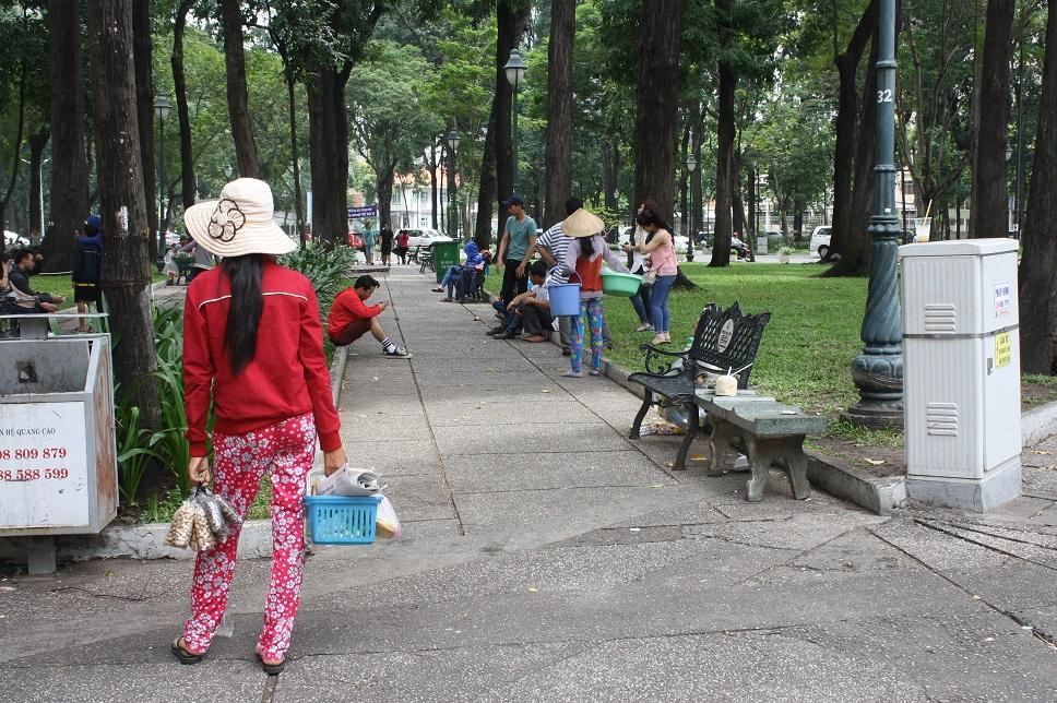 4月30日公園の行商の女性