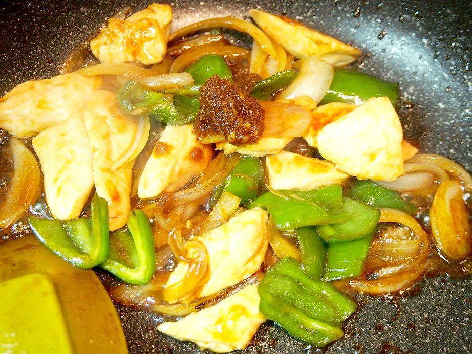 鶏肉のサテトム炒め