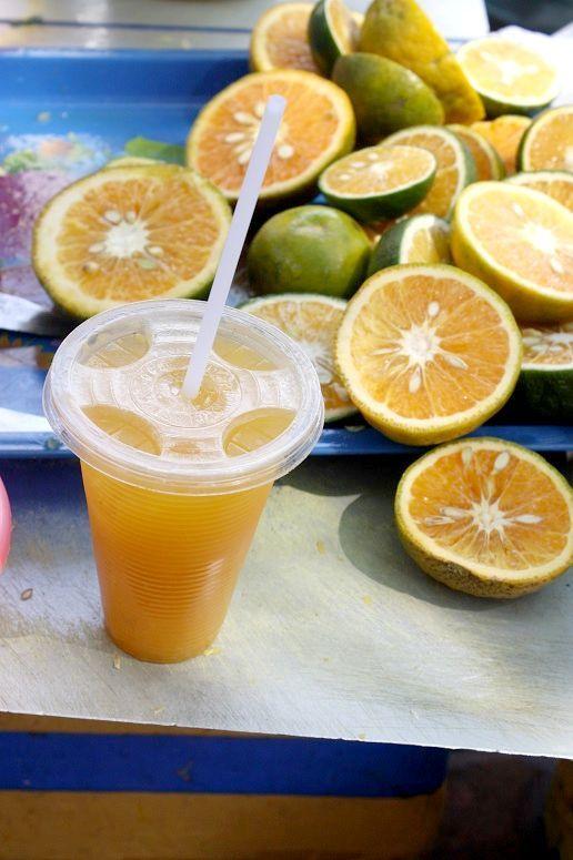 屋台のオレンジジュース