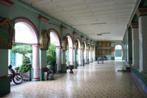 「スリ・タンディ・ユッタ・パニ」の寺院内