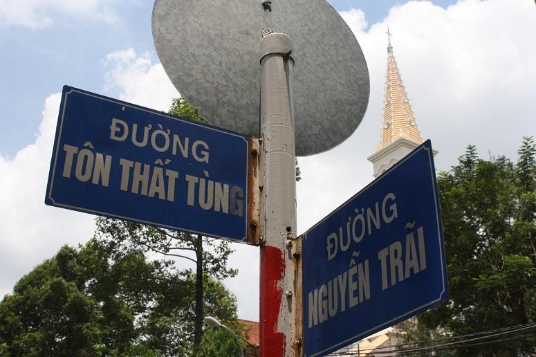 トンタットトゥン通り×グエンチャイ通りの看板