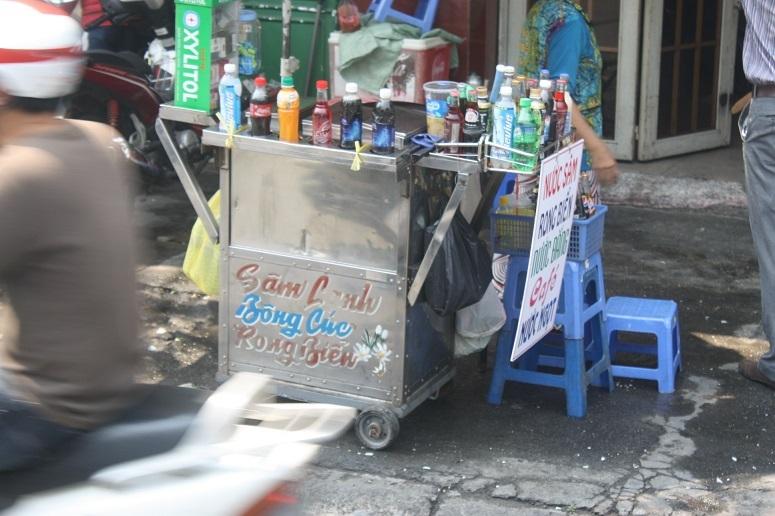 ペットボトル飲料と健康ジュースを売る屋台