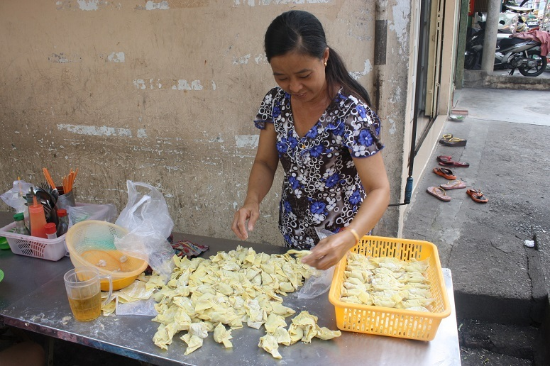 水餃子を包む女性