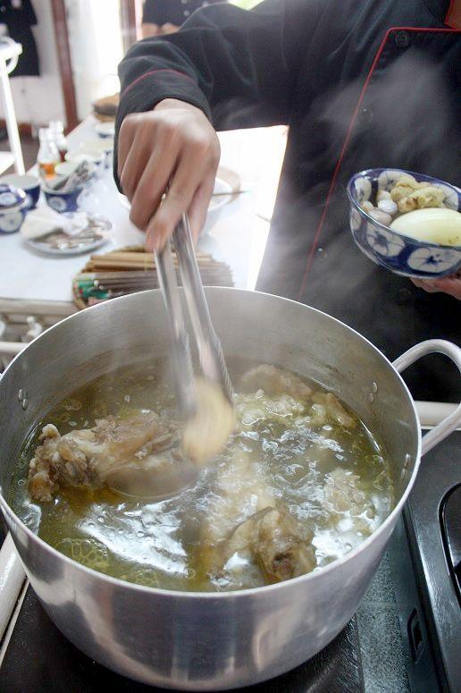 フォーのスープに香味野菜を入れているところ