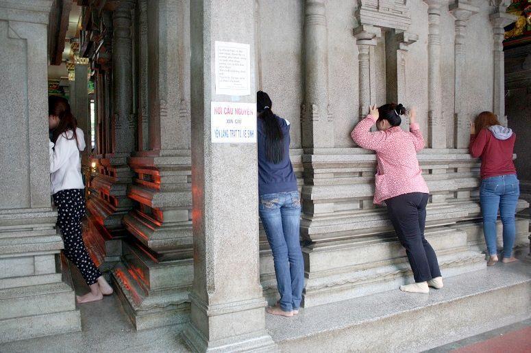 お祈りをするベトナム人