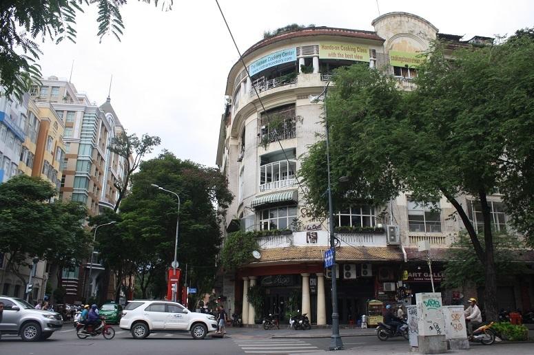 ドンコイ通り×リートゥチョン通りの角にある古いアパート