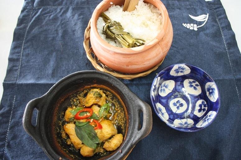 鶏肉のバジル炒めとパンダンリーフ風味の土鍋ごはん