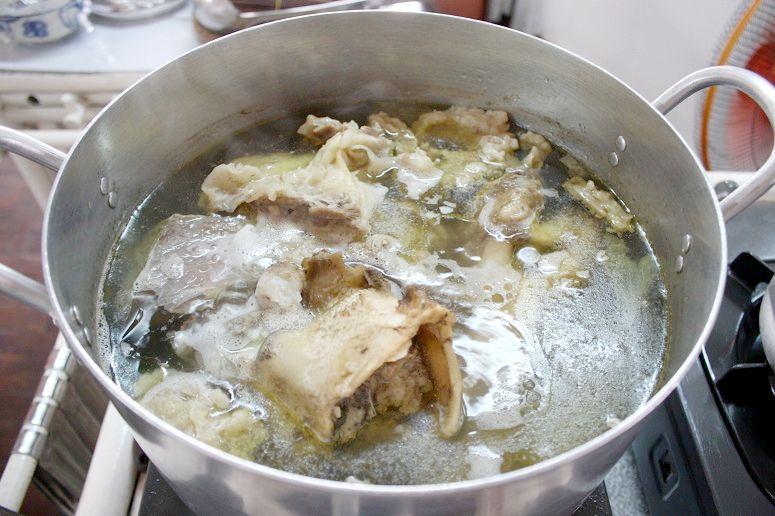 フォーのスープを煮込んでいるところ