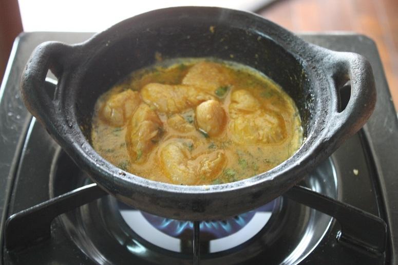 鶏肉のバジル炒めの鶏肉を煮ているところ