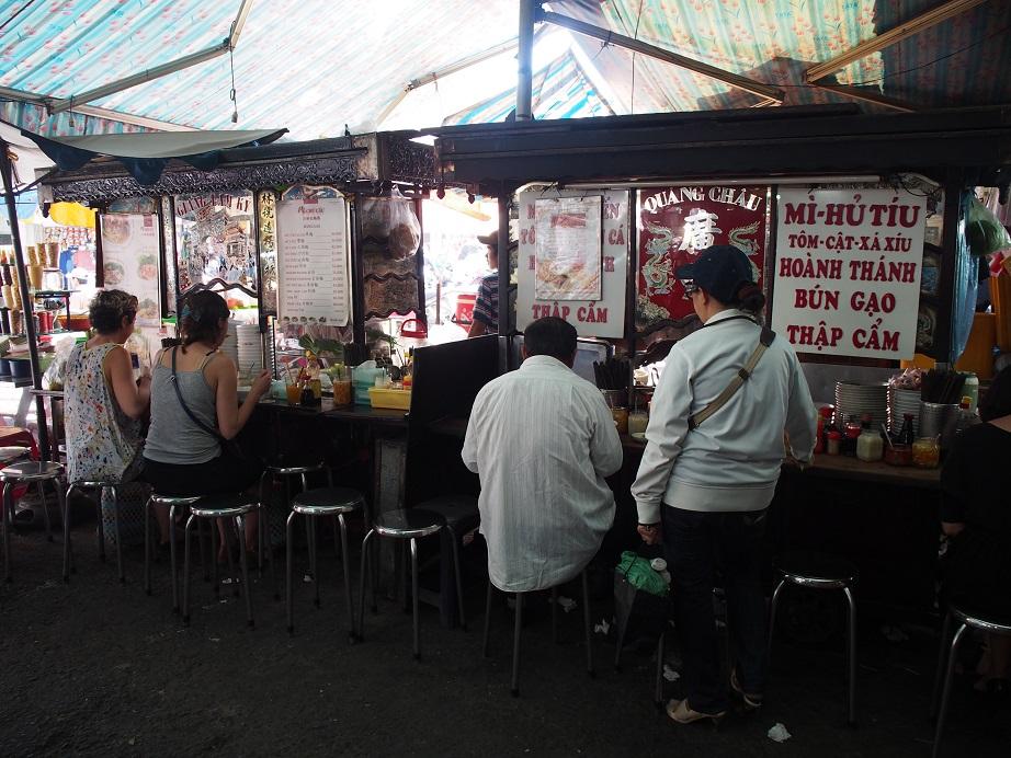 タンディン市場のワンタン麺屋台