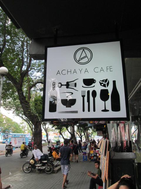 「ACHAYA CAFE」の看板