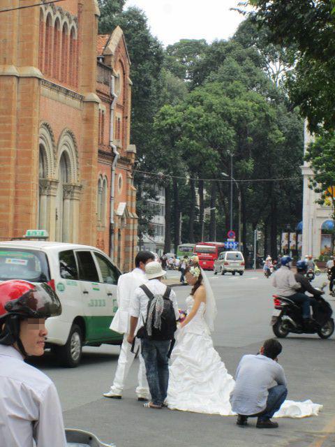 サイゴン大教会で結婚記念写真を撮影するカップル