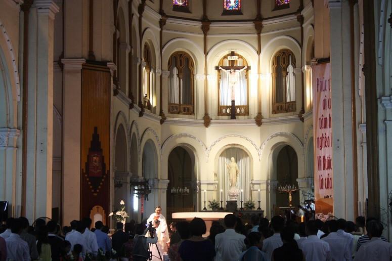 サイゴン大教会で行われるミサ