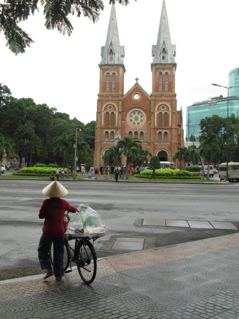 サイゴン大教会と行商の女性