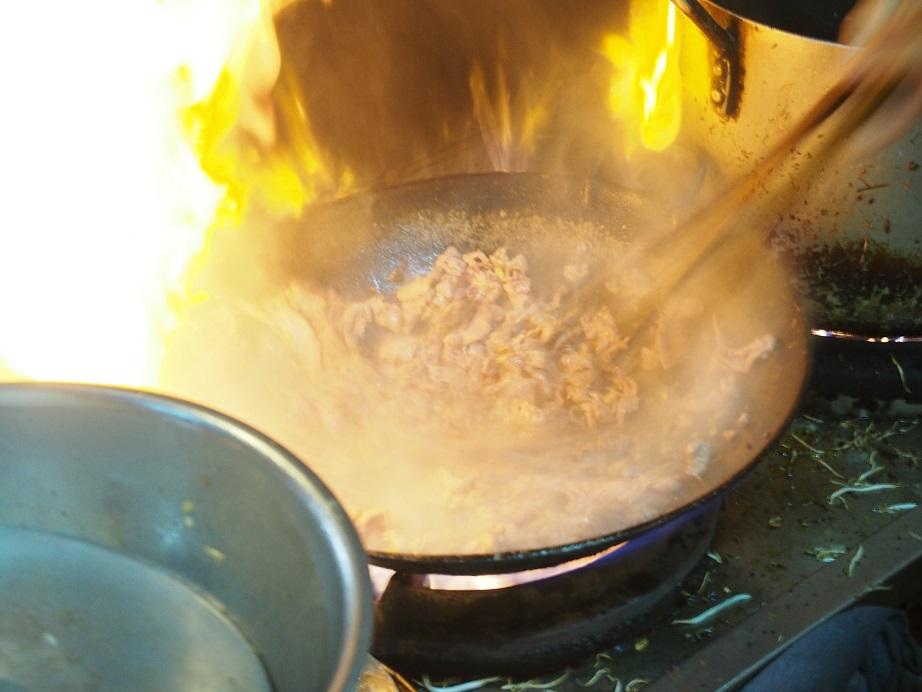 「BUN BO NAM BO」の牛肉を炒めているところ