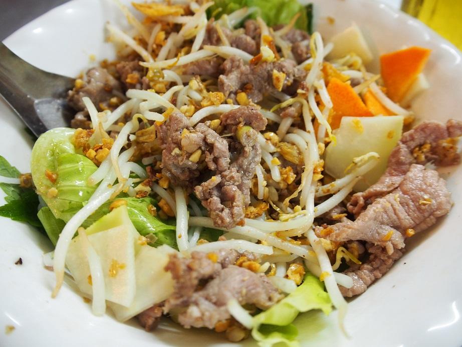 BUN BO NAM BOの麺と具を混ぜたところ