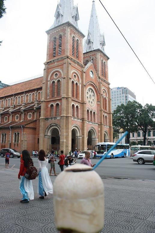 サイゴン大教会とココナッツジュース