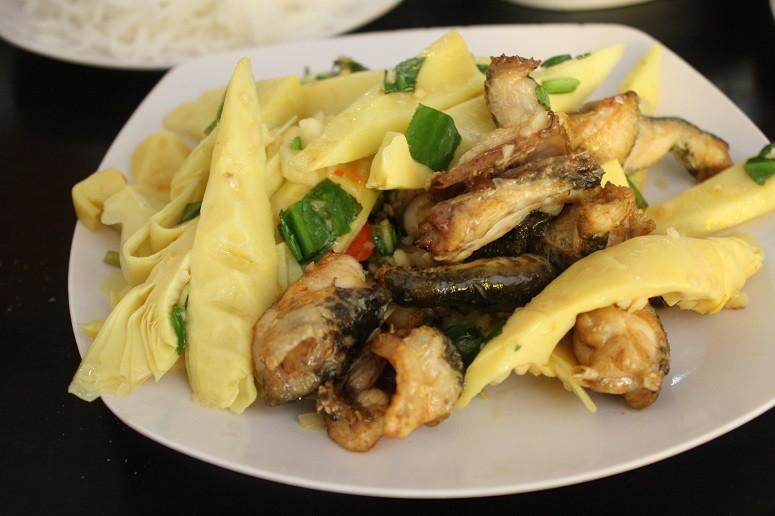 鍋用のカエル肉とタケノコ
